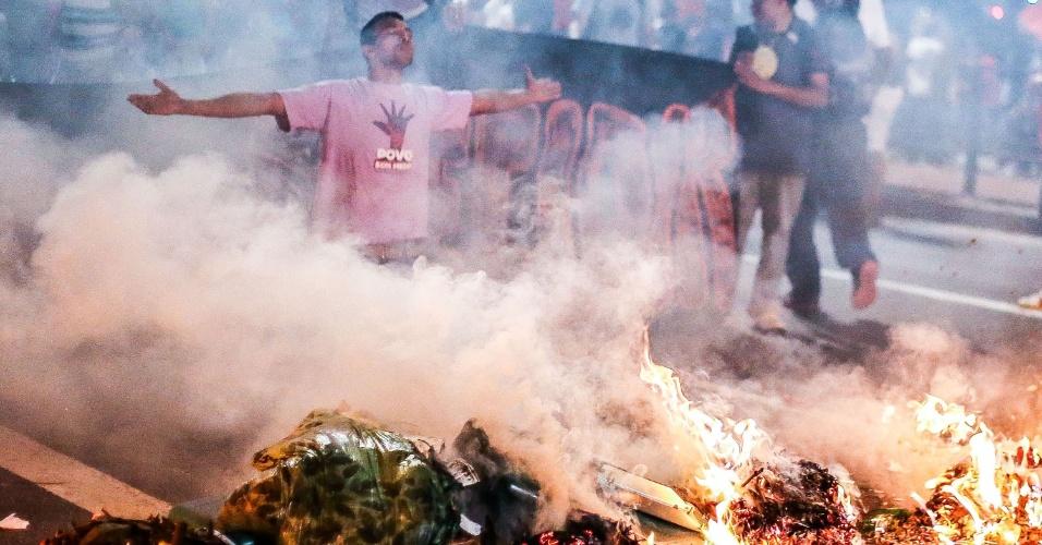 29.ago.2016 - Manifestantes fazem barricada na avenida Paulista, no centro de São Paulo, durante ato contra o presidente interino, Michel Temer, e contra o impeachment da presidente afastada, Dilma Rousseff. Atos simultâneos acontecem em outras capitais do Brasil