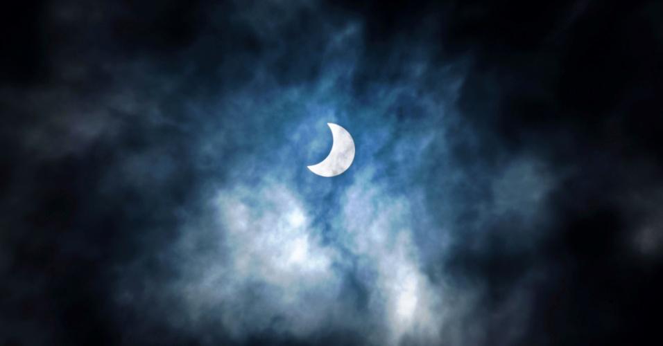 1º.set.2016 - Eclipse solar é retratado em Dar es Salaam, na Tanzânia. O fenômeno é conhecido como um eclipse solar anular e acontece quando há um alinhamento quase perfeito da Terra, Lua e Sol