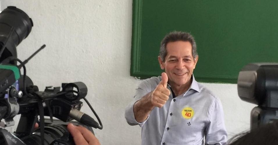 2.out.2016 - Heitor Férrer, candidato à Prefeitura de Fortaleza pelo PSB, vota neste domingo na capital cearense