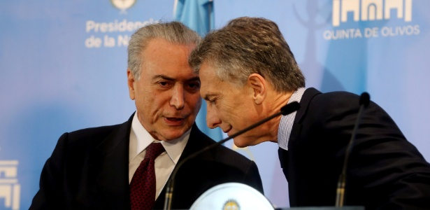 Presidentes Michel Temer (e) e Mauricio Macri conversam durante visita do brasileiro ao argentino
