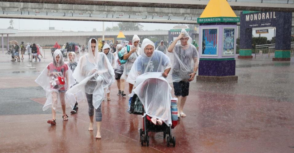 6.out.2016 - Família deixa o parque temático da Disney, em Orlando, sob forte chuva, após o estabelecimento ser fechado