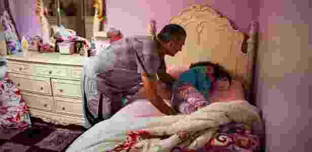 Bilal Elcharfa tenta acordar a filha Maaria, 7, em sua casa em Staten Island, Nova York (EUA) - Christian Hansen/The New York Times