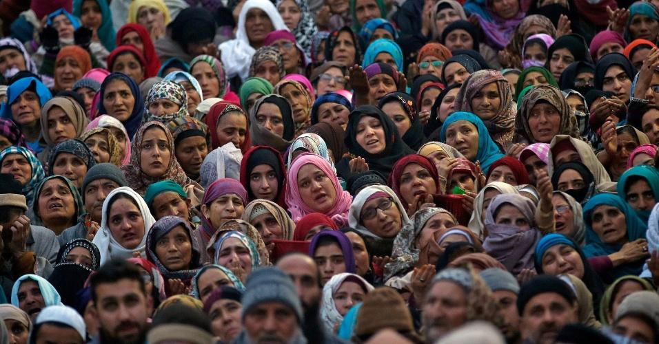 12.dez.2016 - Muçulmanos da Caxemira rezam ao ver relíquia que se acredita ser um cabelo da barba do profeta Maomé, sendo exibido durante o festival de Eid-e-Milad-ul-Nabi, no santuário Hazratbal em Srinagar (Índia)