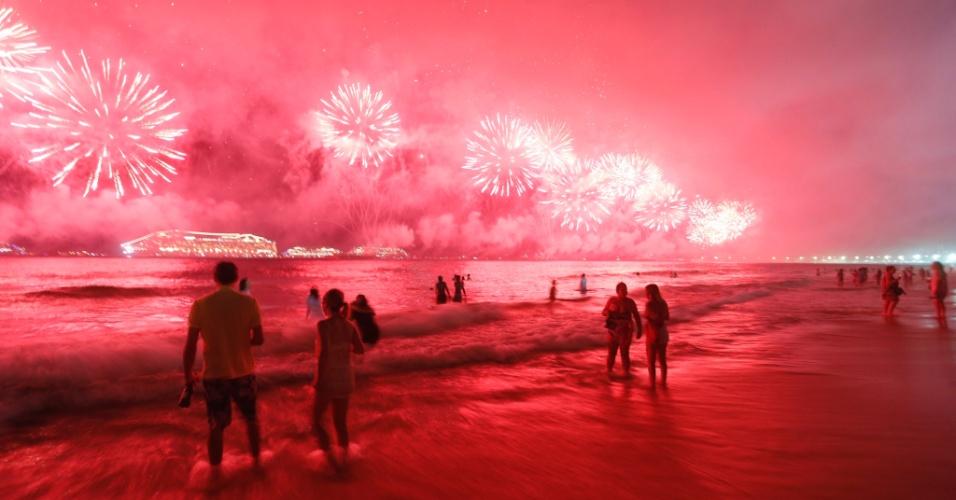 1.jan.2017 - Pessoas curtem nas areais de Copacabana a virada do ano