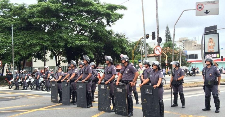 PMs fecham cruzamentos das avenidas Brasil e Rebouças e impedem a passagem dos manifestantes