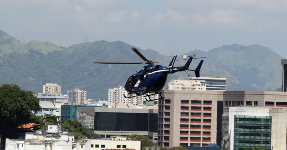11.fev.2016  - Policiais utilizam helicóptero para sair do Batalhão de Choque, no centro do Rio de Janeiro, neste sábado. Mulheres de PMs realizam um movimento de incentivo à paralisação da categoria em diversos Batalhões da Corporação