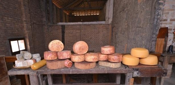 No total, a Fazenda Atalaia fabrica sete tipos diferentes de queijos maturados:  provolone, mogiana, mantiqueira, terreiro, figueira, porão e o tulha