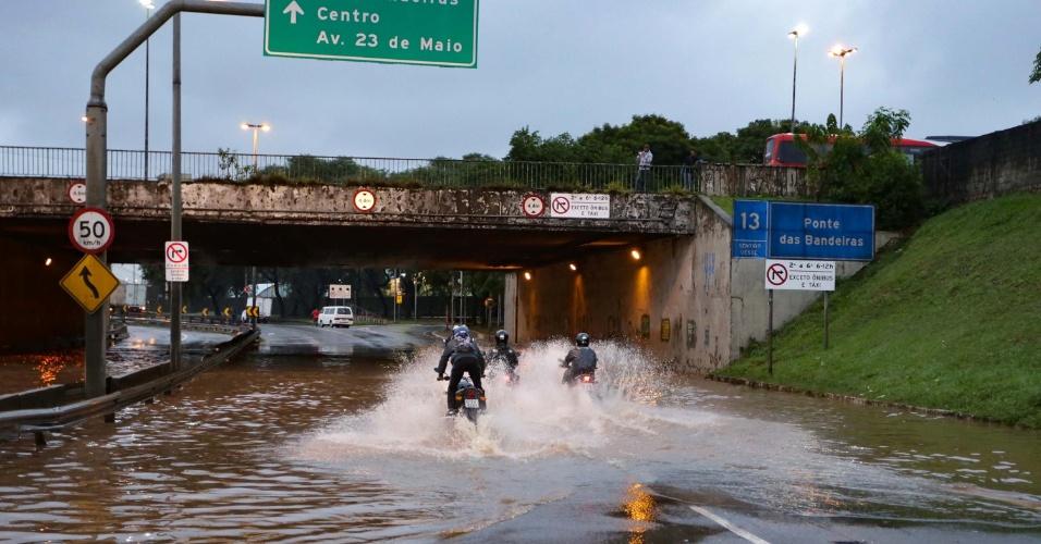 7.abr.2017 - Alagamento na marginal Tietê, altura da ponte das Bandeiras, sentido rodovia Castelo Branco, em São Paulo (SP), na manhã desta sexta-feira