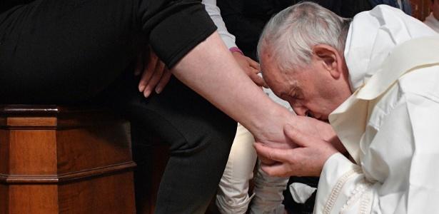 Papa Francisco lava os pés de detidos da máfia em prisão de Paliano, na Itália, durante celebração de lava-pés, rito do catolicismo da Quinta-feira Santa