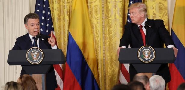18.mai.2017 - O presidente da Colômbia, Juan Manuel Santos (dir), e o presidente dos EUA, Donald Trump, dão entrevista na Casa Branca, em Washington