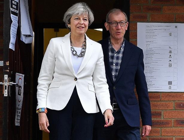 Theresa May votou nas eleições gerais acompanhada do marido, Philip, em Sonning