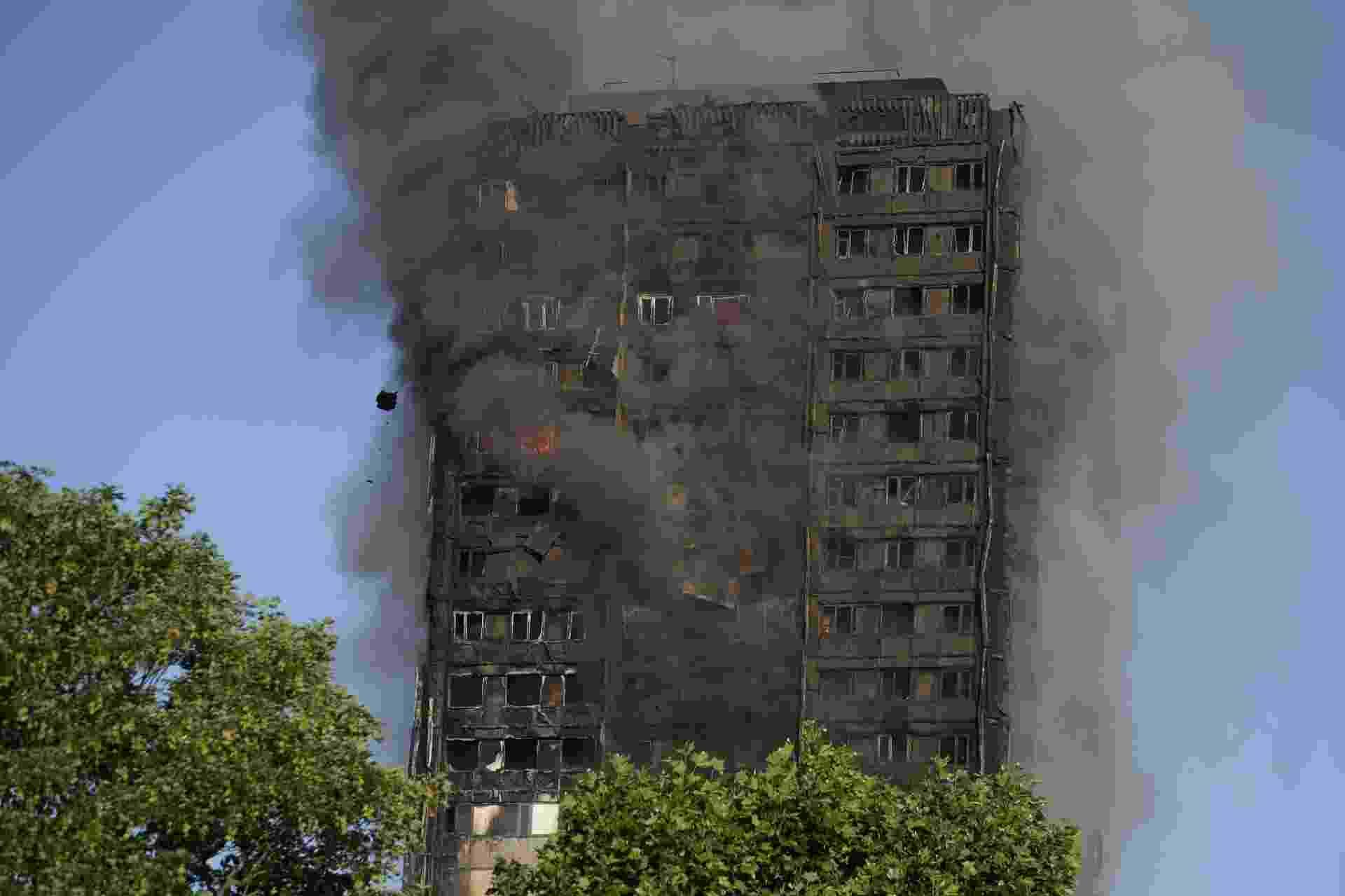 14.jun.2017 - Depois de contidas as chamas, resta a fumaça no prédio que foi atingido por um incêndio de grandes proporções na madrugada - Daniel Leal-Olivas/AFP Photo