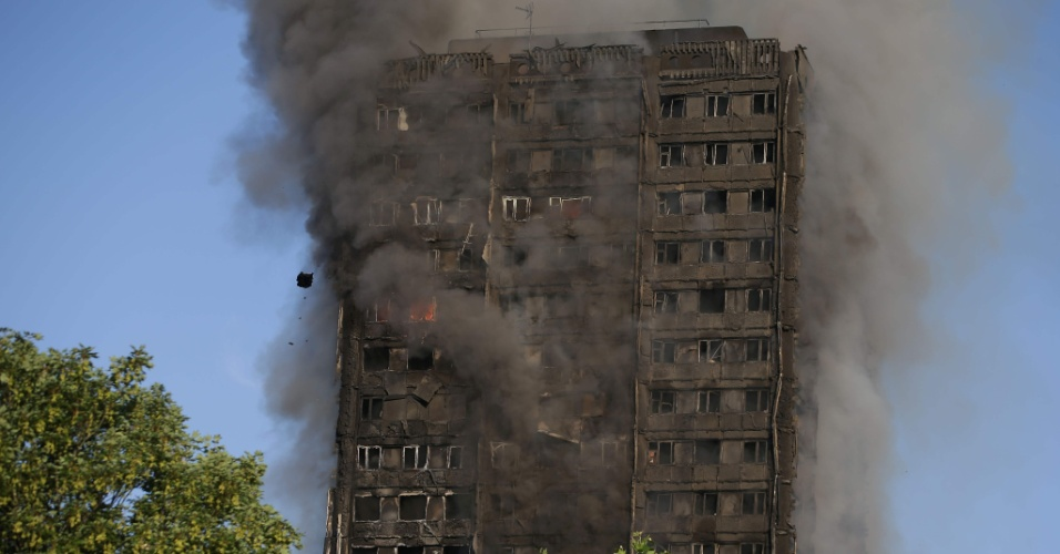 14.jun.2017 - Depois de contidas as chamas, resta a fumaça no prédio que foi atingido por um incêndio de grandes proporções na madrugada