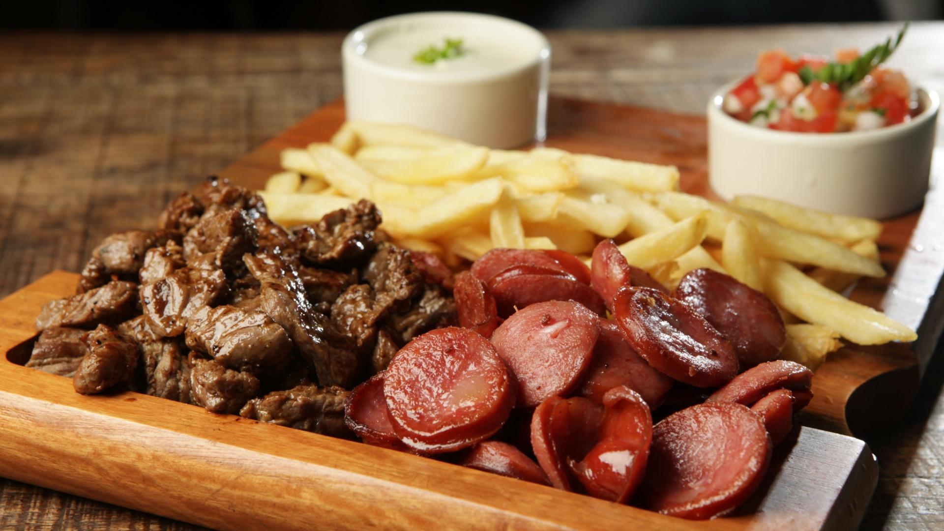 DaGosto Bistro tábua de carne, fritas e linguiça