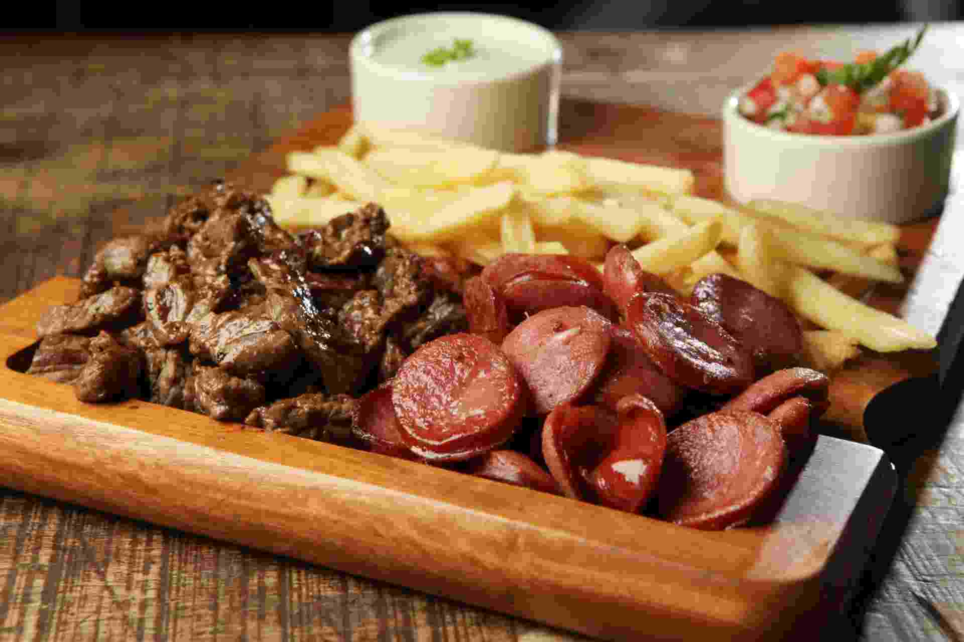 DaGosto Bistro tábua de carne, fritas e linguiça - Divulgação