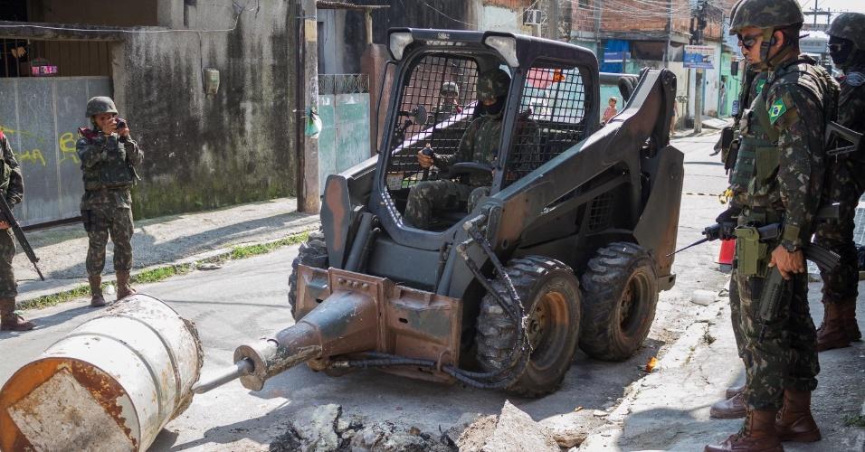 3.mar.2018 - Forças Armadas fazem ação na Vila Kennedy para retirar barricadas e obstáculos colocados pelo tráfico nos acessos à comunidade