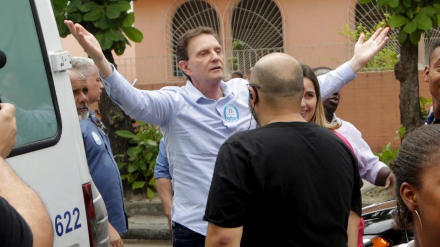 O prefeito Marcelo Crivella se irrita ao ser vaiado no feirão do emprego, organizado pela prefeitura - Gabriel de Paiva/ Agência O Globo