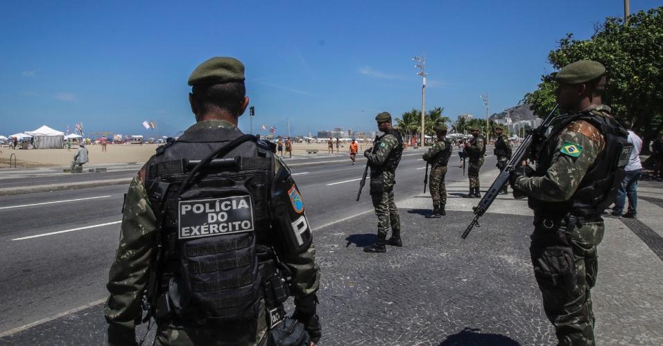 Tropas do Exército patrulham a orla da praia de Copacabana, no Rio
