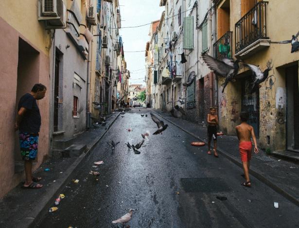 Ciganos caminham pelo bairro de Saint Jacques em Perpignan, na França - Dmitry Kostyukov/The New York Times