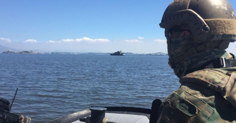 29.ago.2018 - Militares cercam o Complexo do Salgueiro pelo Mar. A ação contou com lanchas e navios