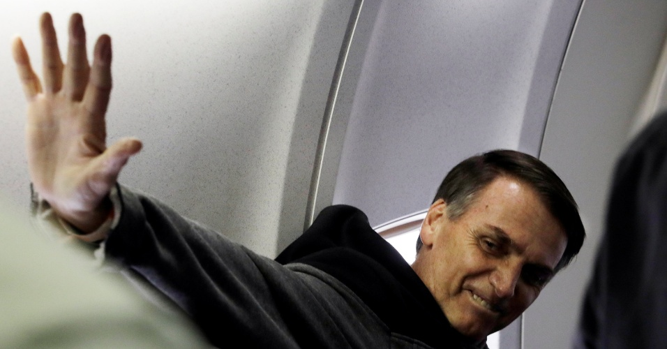 Bolsonaro no avião após ter alta