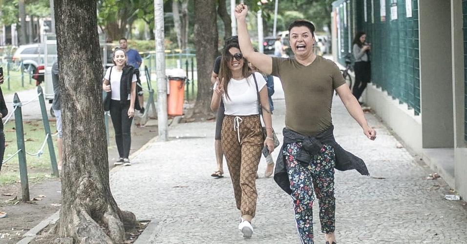 A cantora Anitta, que se manifestou após pressão dos fãs e apoiou a campanha #EleNão, caminha até sua seção eleitoral com o amigo David Brazil, no Rio de Janeiro