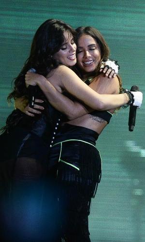 Camila Cabello surpreende e leva Anitta para o palco do Z Festival