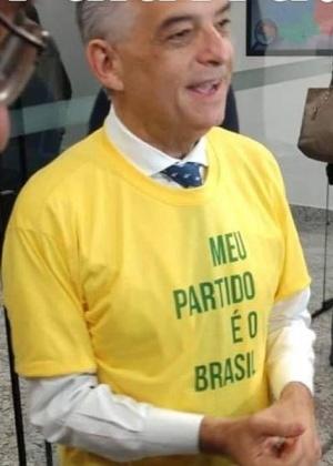 A camiseta usada por França (foto)é igual à que Bolsonaro vestia quando levou uma facada