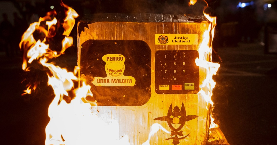 Apoiadores do presidente eleito Jair Bolsonaro (PSL) queimam réplicas de urnas na Avenida Paulista, em São Paulo
