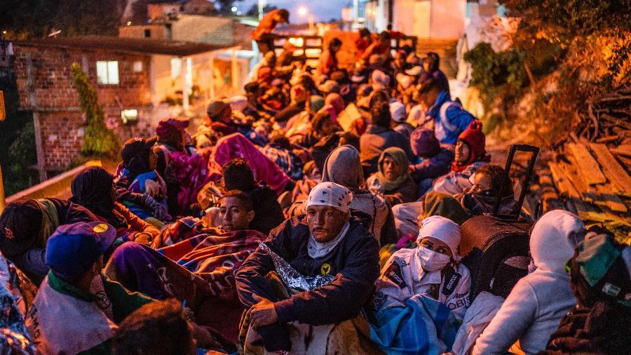Grande grupo de migrantes venezuelanos conseguem carona de caminhão pelos Andes, na Colômbia - Federico Rios Escobar/The New York Times