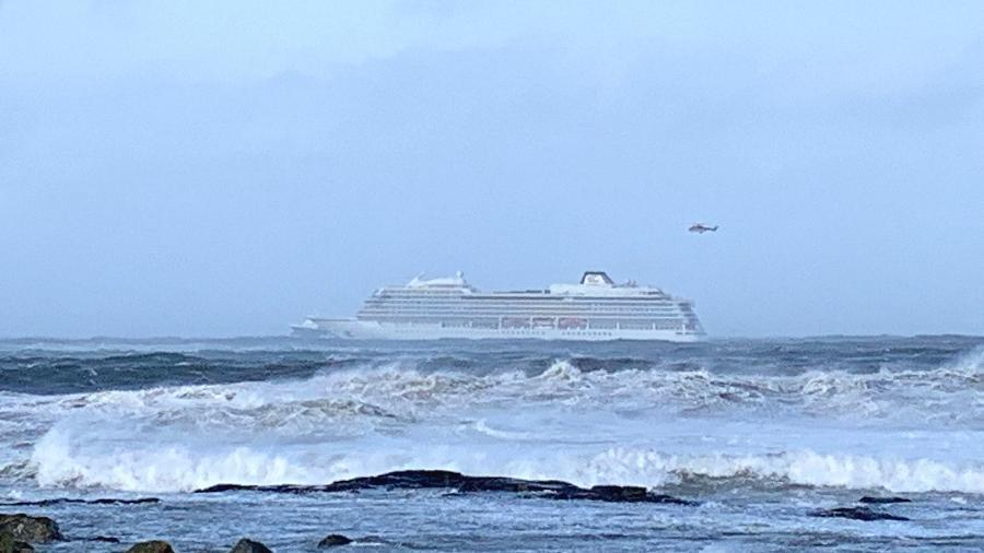 O navio de cruzeiro Viking Sky é visto próximo à costa oeste da Noruega neste sábado (23), próximo a Romdsdal: o capitão emitiu um SOS de navio a deriva e 1.300 passageiros foram evacuados - Odd Roar Lange/AFP