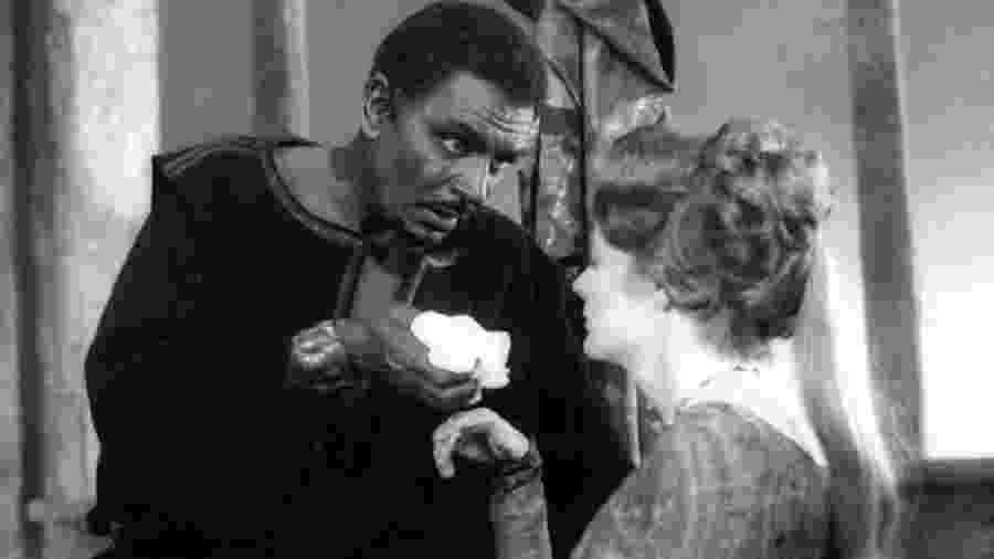 """Um dos atores britânicos mais famosos, Laurence Olivier, usou """"blackface"""" para interpretar Otelo, de Shakespeare, em 1965 - British Home Entertainment"""