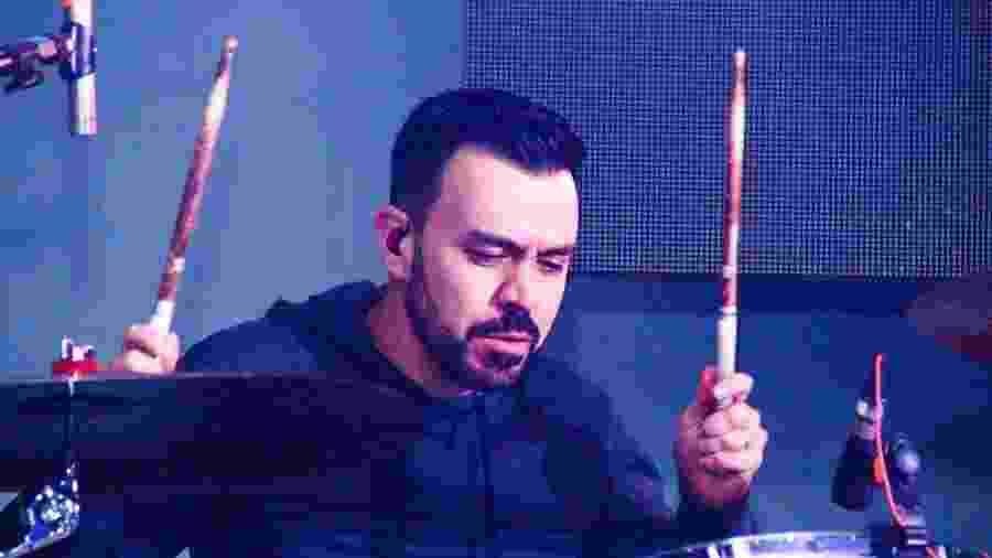 O baterista João Carlos Queiroz Barbosa teve seu nome usado no pagamento de um outdoor a favor da Lava Jato, em Curitiba - Arquivo pessoal