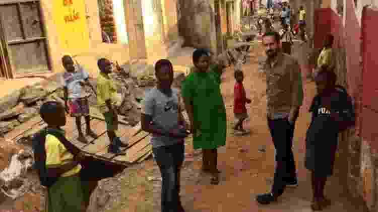Daniel, Prudence e Jamie na favela em Campala onde ela trabalha; a enfermeira convenceu muitas pessoas próximas a investir suas economias na OneCoin, e o dinheiro foi perdido - BBC - BBC