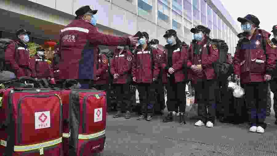 Médicos se reúnem em Chengdu antes de irem a Wuhan, na China - Liu Kun/Xinhua