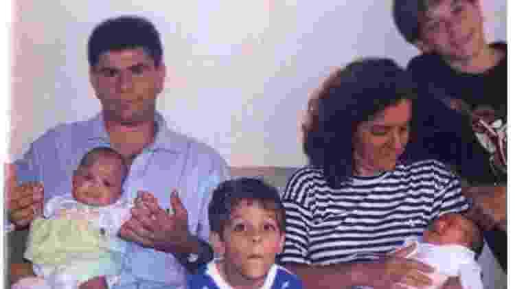 Artur (ao centro) com os pais, Wanderlan e Susana, e os irmãos: mãe relata que desde pequeno ele demonstrava que seria um cidadão do mundo - Arquivo pessoal