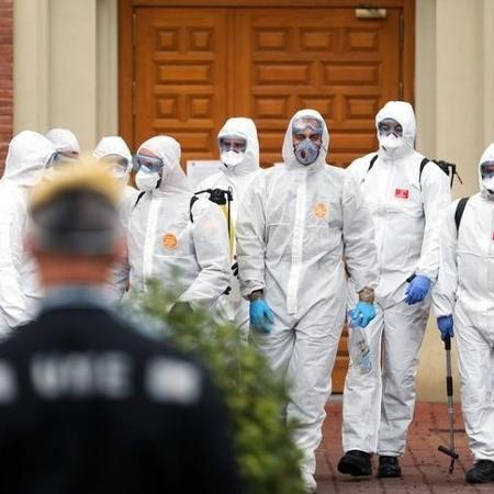 Integrantes de unidade militar de emergência realizam limpeza residencial para evitar coronavírus em Madri - SUSANA VERA