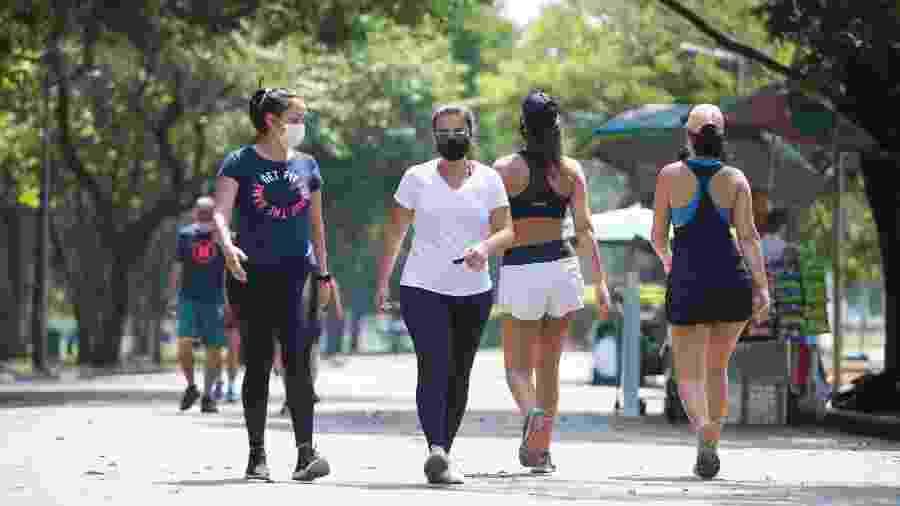 Frequentadores do Parque do Ibirapuera, na zona sul de São Paulo, aproveitam o dia de calor nesta sexta (2) - TIAGO QUEIROZ/ESTADÃO CONTEÚDO