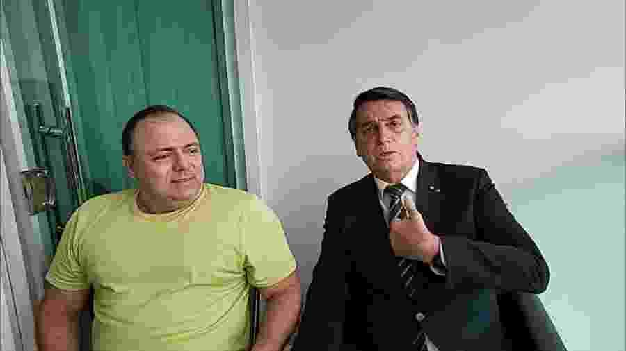 O ministro da Saúde, Eduardo Pazuello, diagnosticado com covid-19, sem máscara ao lado do presidente Jair Bolsonaro durante transmissão ao vivo - Reprodução/Facebook