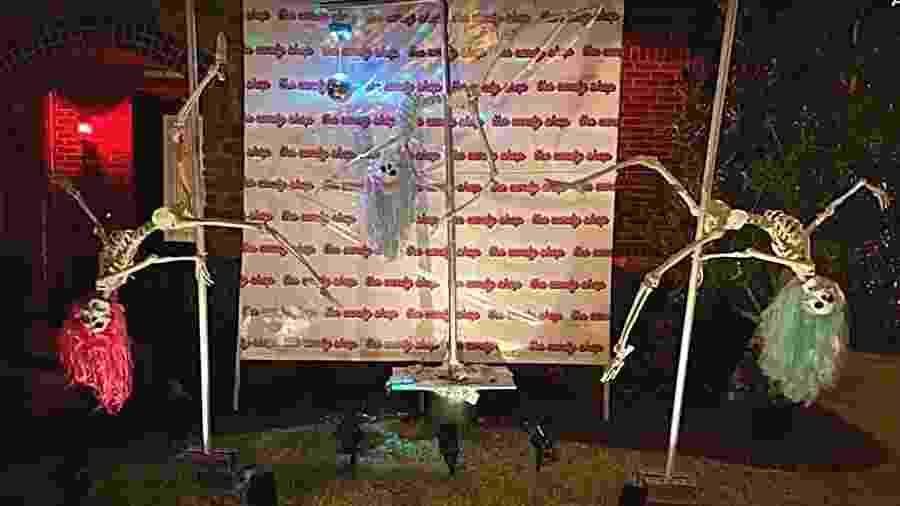 """""""Strip club"""" de esqueletos em uma área residencial na cidade de Richmond (EUA) - Reprodução/KHOU 11/Youtube"""