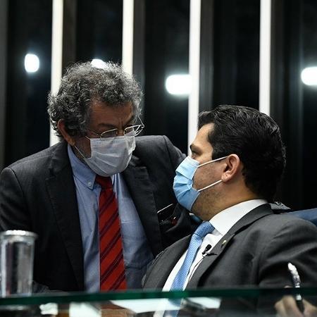 Os senadores Paulo Rocha (centro) e Davi Alcolumbre (sentado) participam da sessão de hoje - Agência Senado