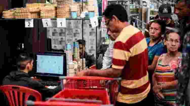 Muitos mercados recebem pagamentos em notas de dólar - Getty Images - Getty Images
