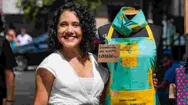 Júlia Soares, 33, começou a vender aventais e outros itens, luvas de fornos e lenços - Arquivo pessoal - Arquivo pessoal