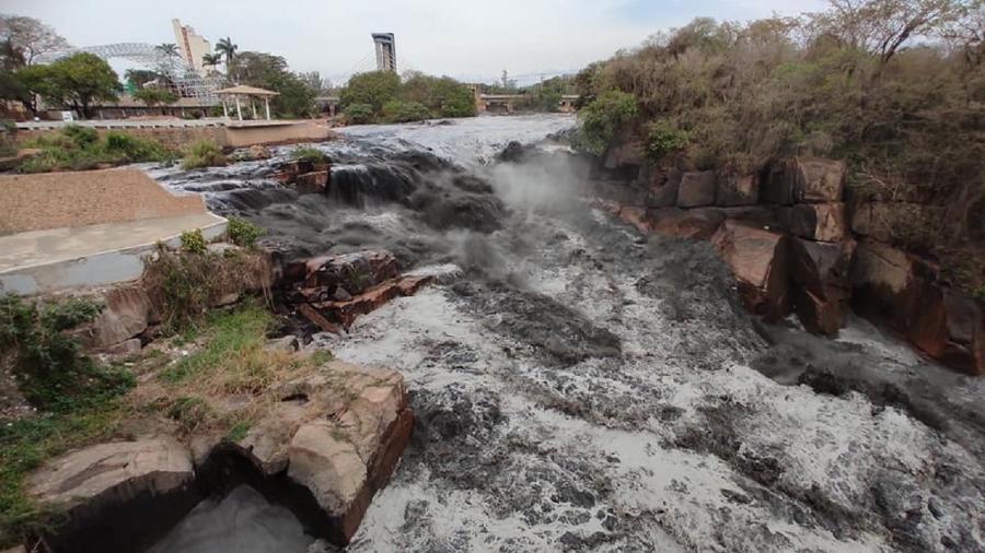 Rio Tietê apareceu com água preta na manhã de hoje em Salto (SP) - Reprodução/Facebook