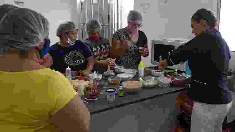 Miriam Reis (à direita) dá aulas de culinária em sua própria cozinha, em Praia Grande (SP) - Reprodução - Reprodução