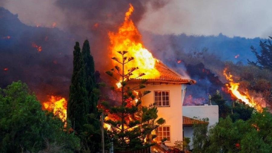 A lava do vulcão Cumbre Vieja destruiu várias casas em vilarejos próximos em La Palma - Reuters
