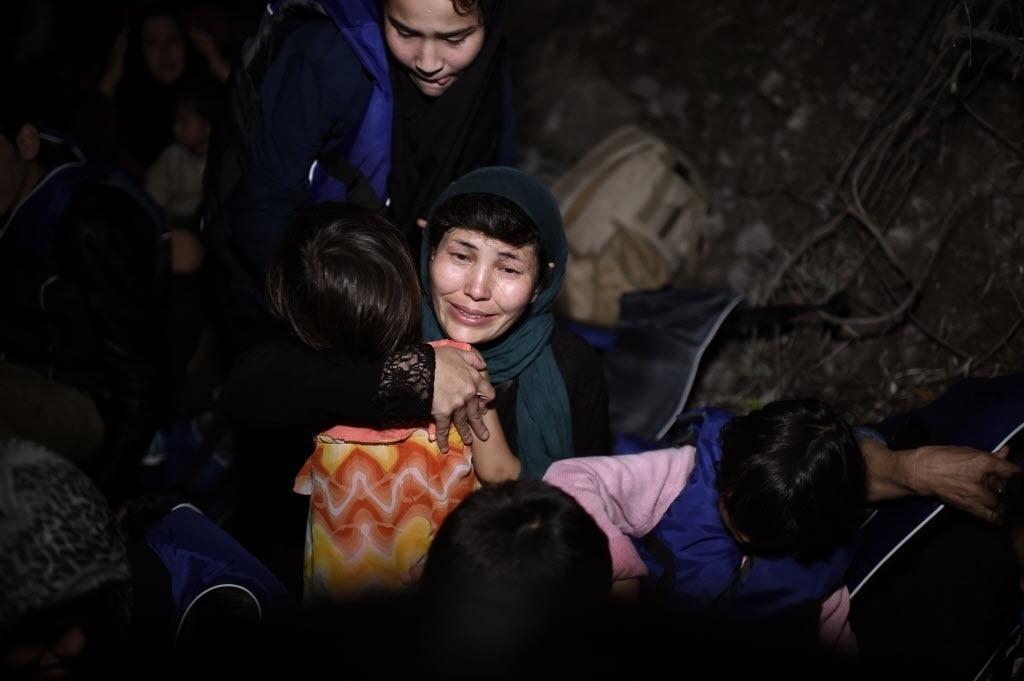 26.set.2015 - Refugiados recebem ajuda ao chegar à ilha grega de Lesbos depois de atravessar o mar Egeu, vindo da Turquia. Para enfrentar a crise migratória, a chanceler federal alemã, Angela Merkel, propôs durante a Cúpula de Desenvolvimento Sustentável da ONU que haja esforço coletivo para combater guerra e violência