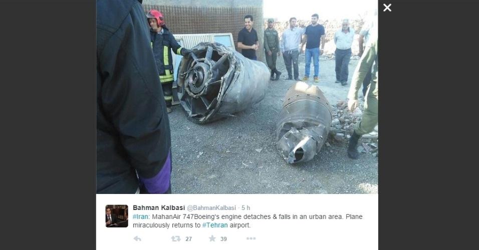 15.out.2015 - Parte de motor de avião da Mahan Air que caiu em uma zona rural do Irã, em imagem publicada no Twitter pelo jornalista Bahman Kalbasi