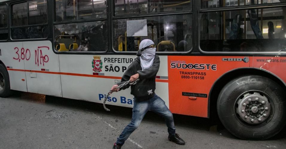 8.jan.2016 - Jovem com rosto coberto depreda ônibus após mandarem passageiros e motorista descerem do veículo, no centro de São Paulo, durante confusão em ato contra o aumento do valor da tarifa do transporte público de São Paulo, no centro de São Paulo. Neste sábado (9), tarifa passa de R$ 3,50 para R$ 3,80