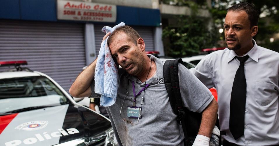 12.jan.2016 - Um cobrador de ônibus ficou ferido durante confronto entre polícia e manifestantes contra o aumento da passagem no transporte público, em São Paulo